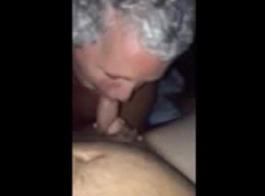 وقحة ناضجة تمارس الجنس مع شابين