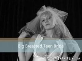 في سن المراهقة الأوروبية مع الثدي الصغيرة