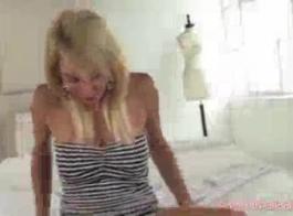 شقراء الاباحية تمارس الجنس من خلال فمها ونائب الرئيس في الحلق