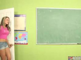 مدرس تكنولوجيا مفلس السيدة سيمون يحب