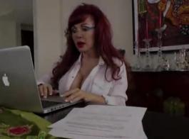 حار، امرأة سمراء ناضجة تحصل مارس الجنس كما لم يسبق له أن يئن من المتعة أثناء وجود النشوة الجنسية.